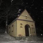 Kaplica zimową nocą
