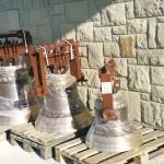 Ukoronowaniem budowy naszego nowego kościoła parafialnego pod wezwaniem Matki Bożej Częstochowskiej, było zainstalowanie trzech dzwonów na nowej dzwonnicy.
