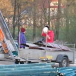 Samochód wraz przyczepką ks. W. Maciaszka (ks.  W. Maciaszek sam pilnuje załadunku i sam wywozi miedź. Na zdjęciu po lewej str.).