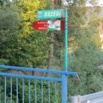 Pionowy znak kierunkowy do Kaplicy Na Brzegu