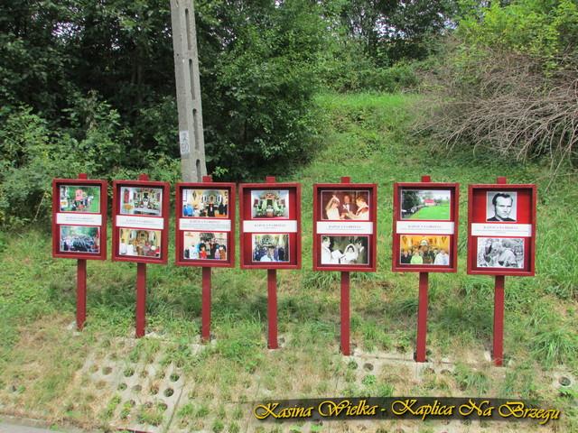 Tablice ze zdjęciami informujące o miejscu jakim jest Kaplica Na Brzegu