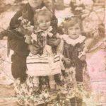 Katarzyna Kowalczyk z domu Piwowarska wraz z córkami najstarszą Marią (Nowak) po prawej stronie i młodszą Michaliną (Mazgaj). Zdjęcie wykonane w 1940 roku dla męża Tomasza Kowalczyka przebywającego w obozie w Dachau - fot. album rodziny Nowak