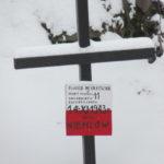 """Zimą - """"Piwnica Młynkowska"""" - miejsce pochówku 11 zakładników rozstrzelanych 14 listopada 1943 roku przez Niemców"""